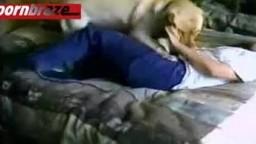Беззлобный кобель любит дрючить владелицу в киску настоящее он-лайн зоопорно
